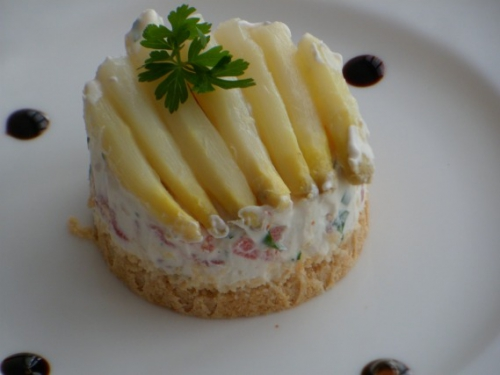 Cheese-cake, asperges, tomates