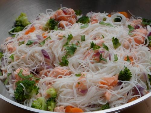 Wok, saumon, vermicelles de riz, légumes