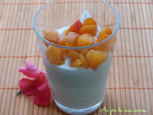 Crème, yaourt à la grecque, chocolat blanc