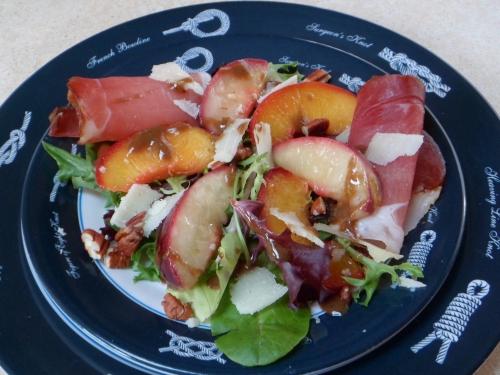 Salade, pêche, jambon cru, fromage de brebis